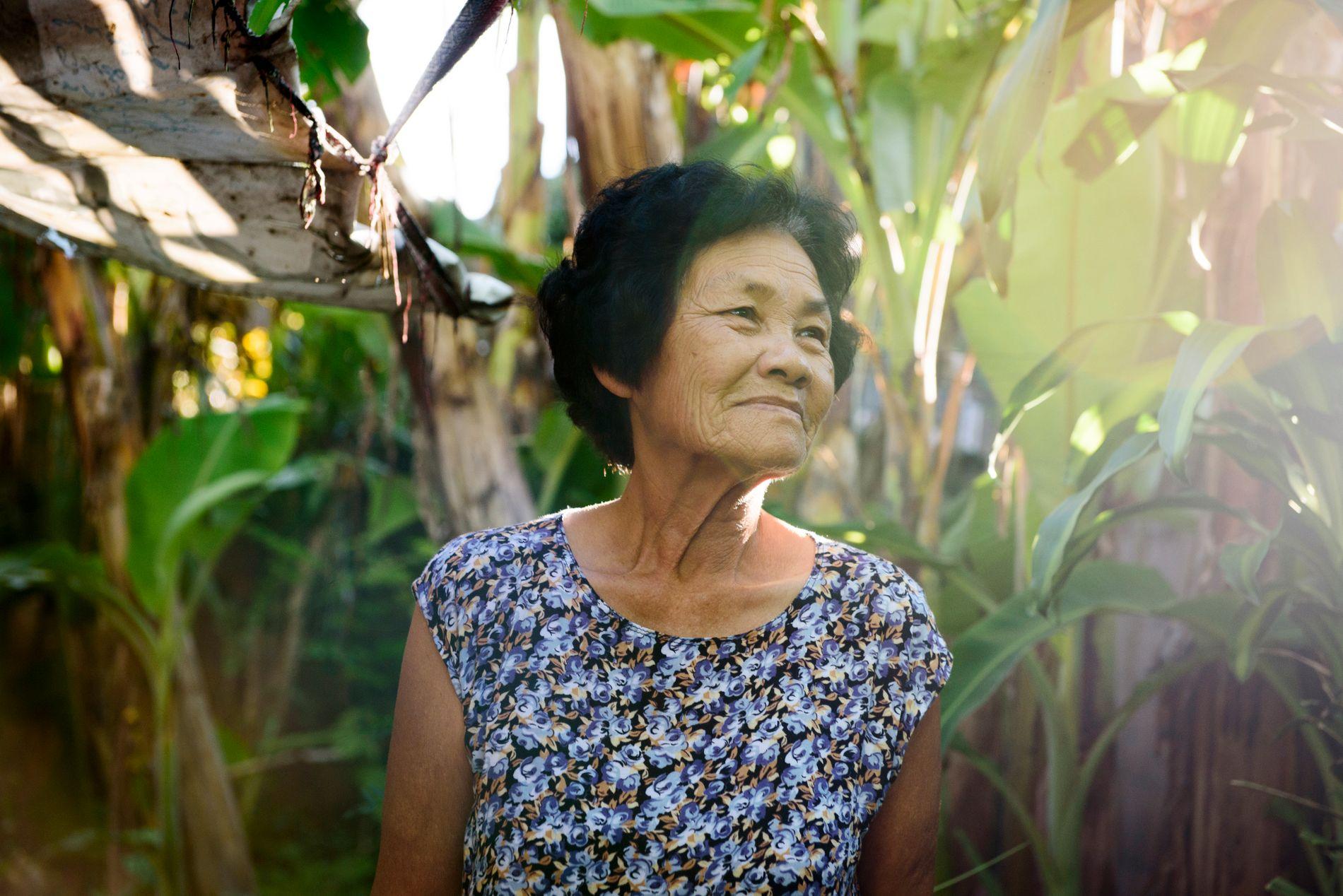 LETTET: Wankaew Takamma (68), bestemoren til Natthawut Thakamsai (14) som var blant de 12 guttene som ble fanget i grotten Tham Luang i Mae Sai i Thailand, forteller at hun er lettet.