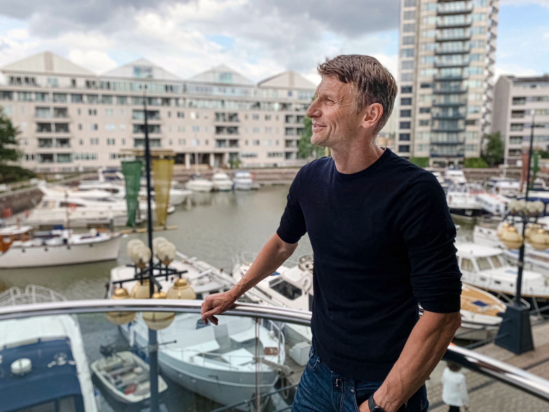 LONDON-LIVET: Tore André Flo har nettopp vært i en jobblunsj på Chelsea Harbour Hotel da han møter VG på terrassen foran havnen. Senere på dagen står bordtennis-turnering med barna på programmet.