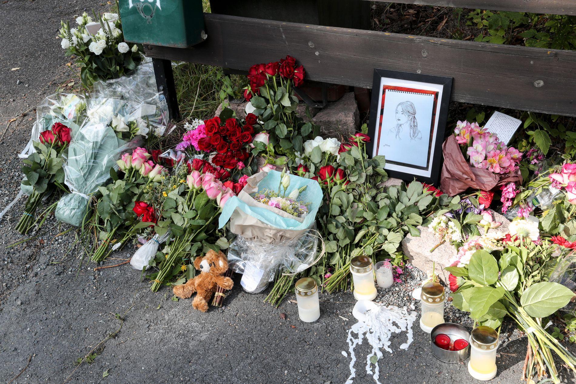 MINNES: Flere har lagt ned blomster ved boligen der Johanne Zhangjia Ihle-Hansen ble funnet skutt og drept lørdag.