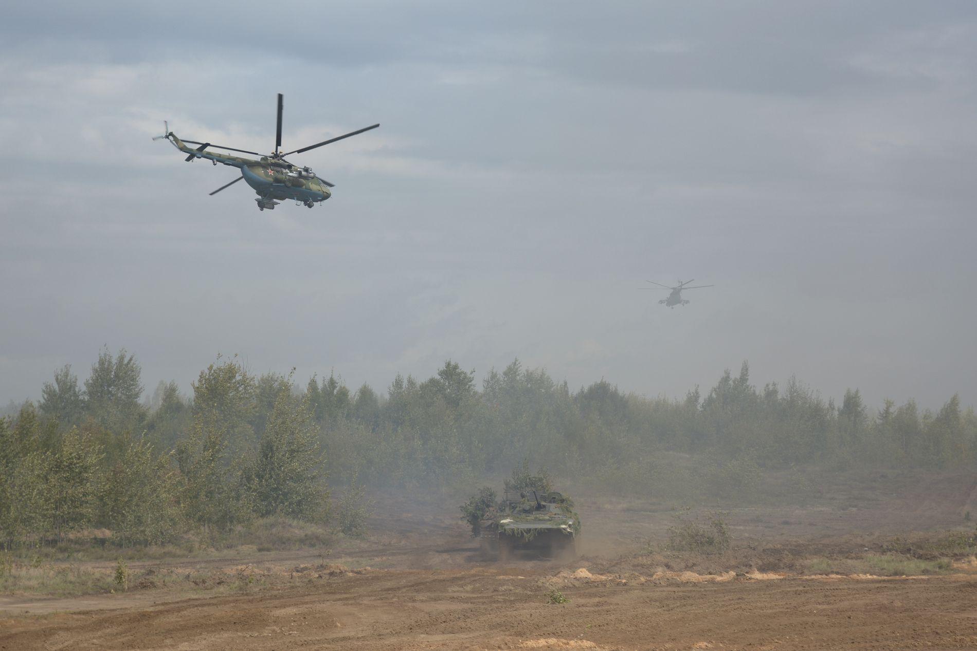 KRIGSTEATER: Helikoptre og armerte militærkjøretøy deltar i den store militærøvelsen Zapad på et ukjent sted i Hviterussland.