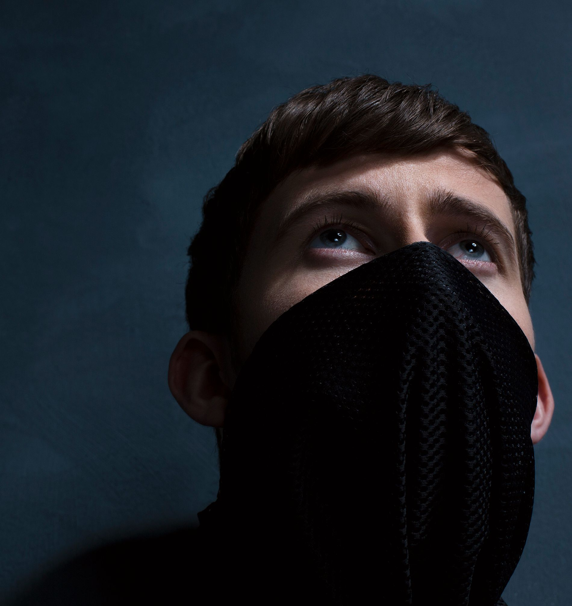 MASKERT: Alan Walker holder ansiktet skjult ved opptredener. Planer om å holde det helt hemmelig falt fort i fisk. Foto: STIAN ANDERSEN/MER