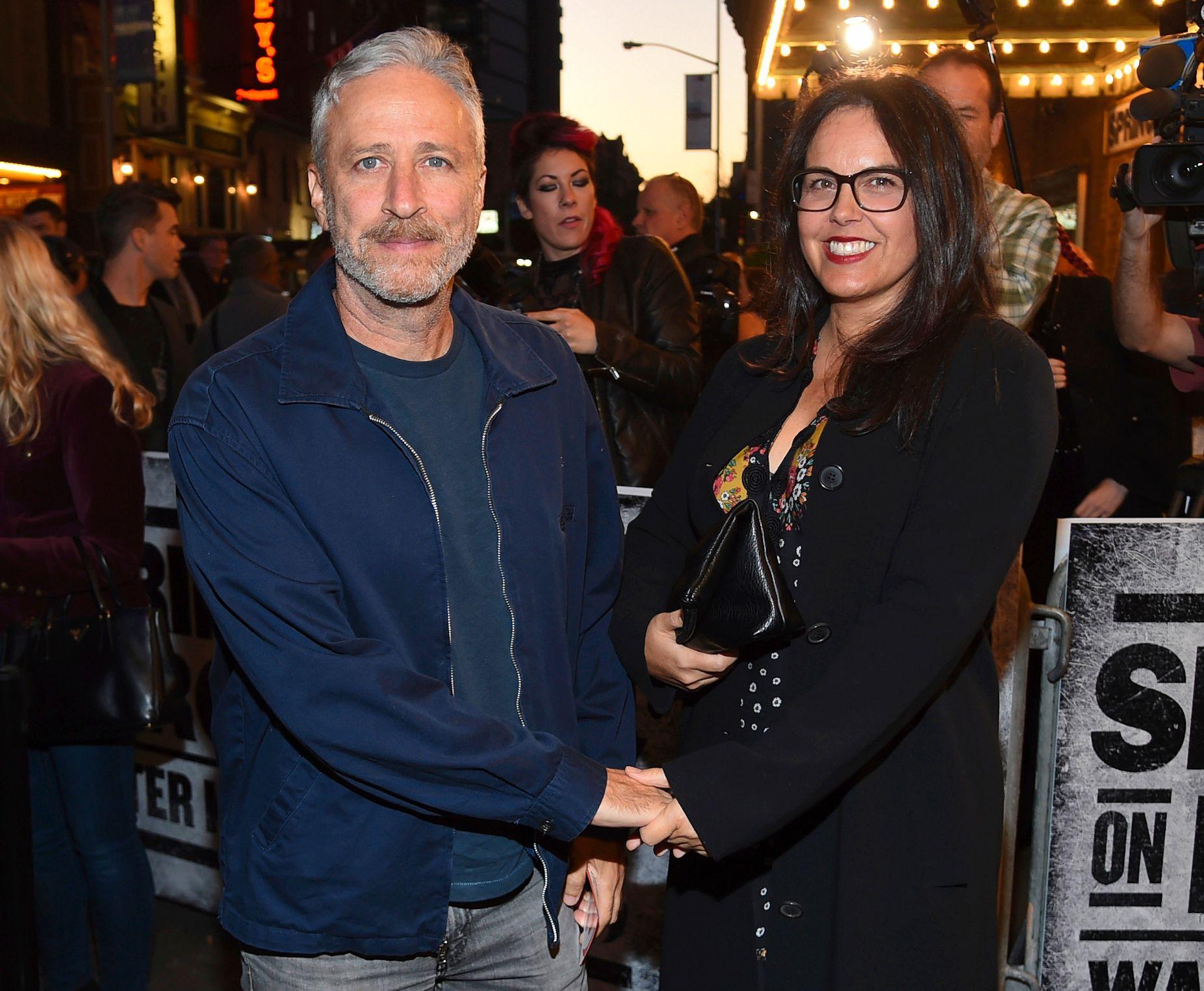 Komiker Jon Stewart og kona Tracey hjalp til med å frakte bort geitene fra undergrunnsbanen i New York. Her på et bilde fra i fjor.