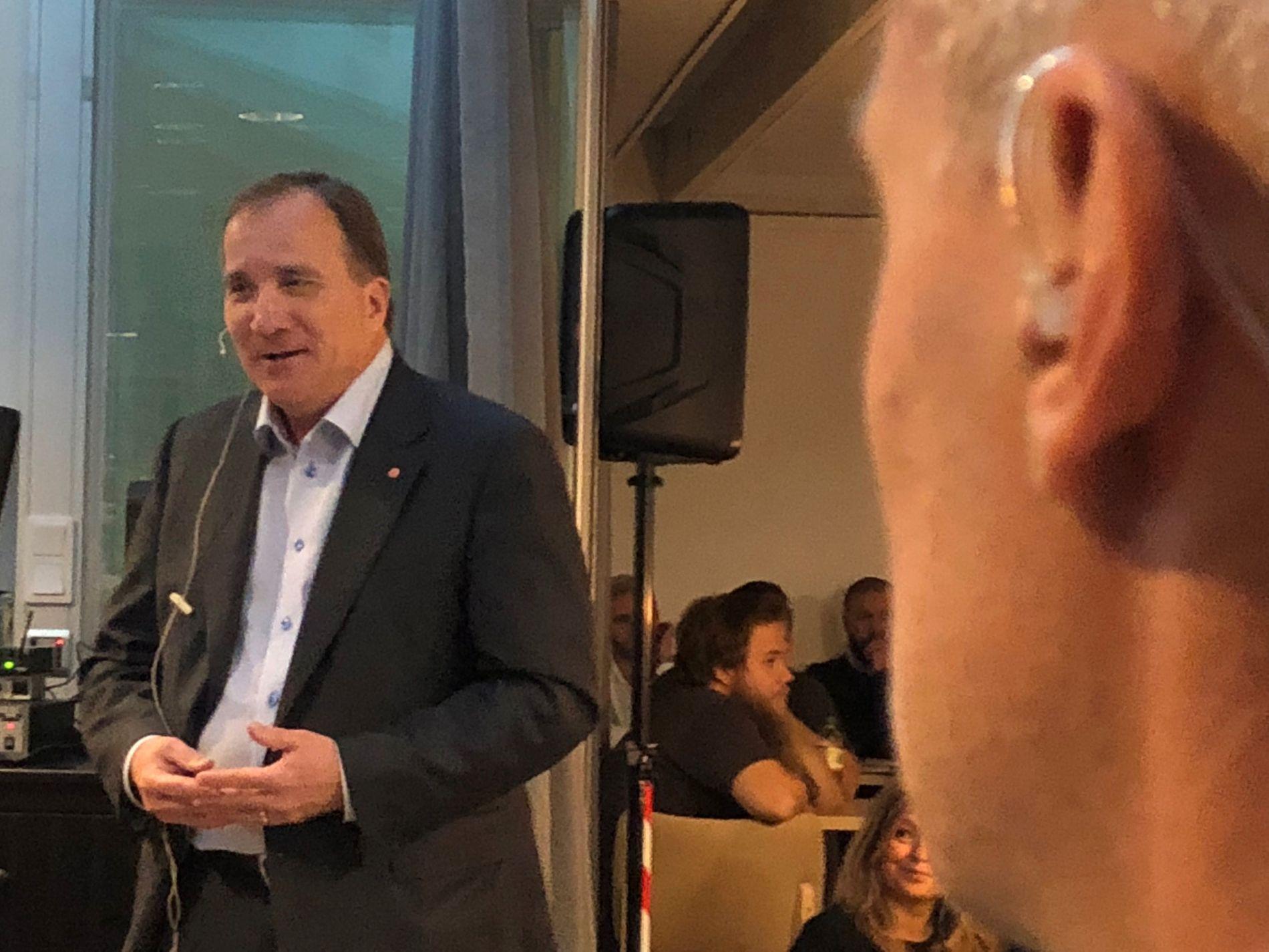 APPELL: Stefan Löfven var på valgkampturné i Mjölby fredag formiddag. Her møter han ansatte på Toyotas delefabrikk.