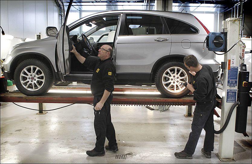 SJEKKER FOR SKADER: Viggo Bjørnson og Trond Faller er biltekniske konsulenter i NAF som tester leasingbiler. Foto: Nils Bjåland