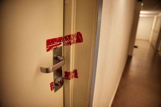 ÅSTEDET: I leiligheten bak denne døren ble en ti år gammel gutt funnet død i august. Han døde trolig av sult.