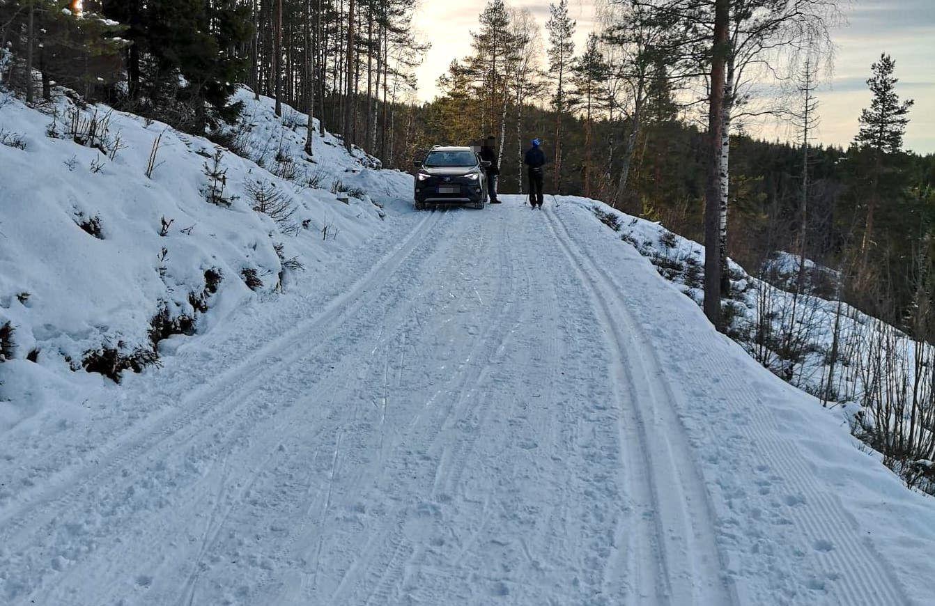 SPORVOGN: En av bilene som hadde kjørt inn i skisporet ved Maridalen i Oslo.