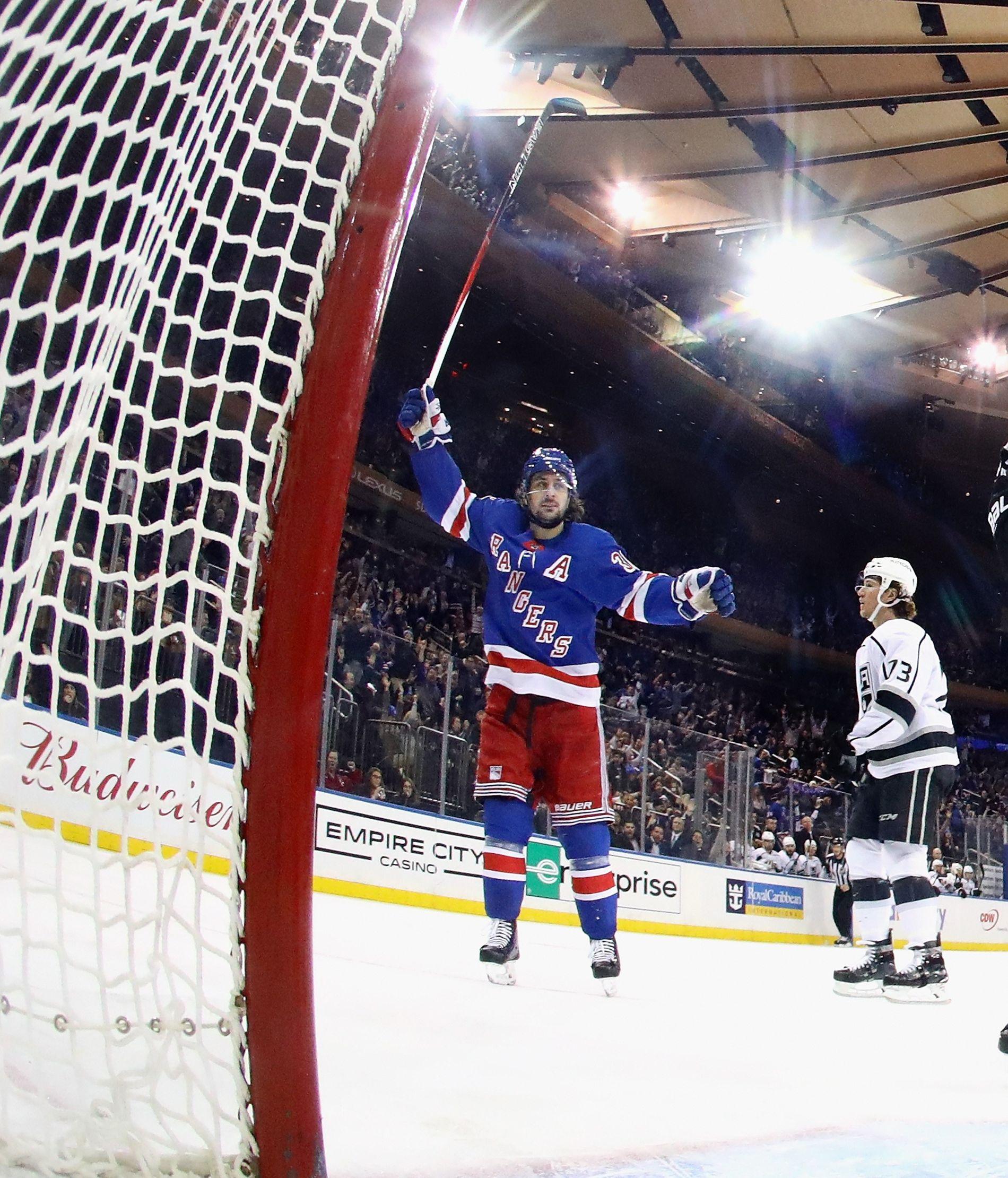 I 100: Visekaptein Mats Zuccarello jubler etter Chris Kreiders fulltreffer i den første perioden - Kreiders 100. fulltreffer i NHL-karrieren.