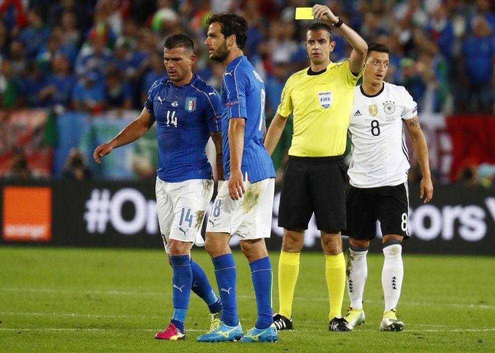 FORSØK: FIFA-sjef Gianni Infantino håper videodømming kan være en realitet til VM i 2018. I kveld skal teknologien testes ut i en kamp mellom Italia og Tyskland - lik denne, i EM i sommer. Dommer Viktor Kassai deler ut det gule kortet til Stefano Sturaro under kvartfinalen.