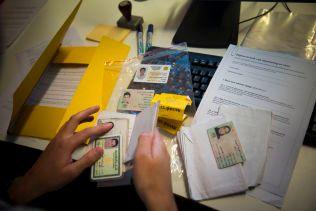 ID-SJEKK: En av Politiets utlendingsenhets viktigste oppgaver er å kontrollere asylsøkernes ID-dokumenter.