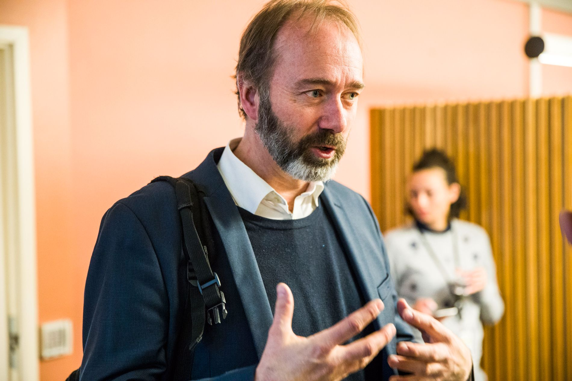 PÅ JOBB: Trond Giske fotografert på jobb som stortingsrepresentant i en av de mange korridorene på Stortinget.