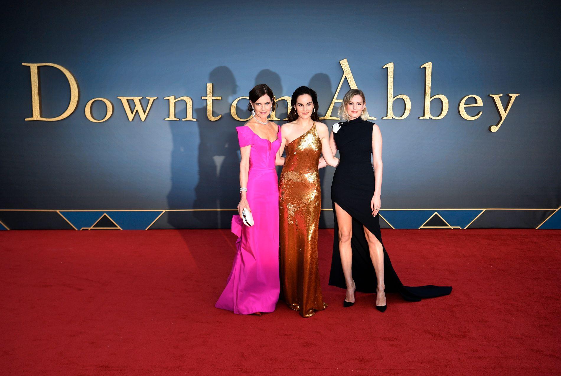 PÅ RØD LØPER: De vakte oppsikt alle tre: Fra venstre Elizabeth McGovern, som spiller moren til Michelle Dockery alias Lady Mary Crawley Laura Carmichael som spiller Lady Edith Crawley både i TV-serien og i filmen.