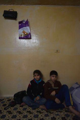 VENTER PÅ SKOLEGANG: Amar (9) og Firas (12) har flyktet fra Syria med mor og bestemor. Faren deres er savnet i hjemlandet.