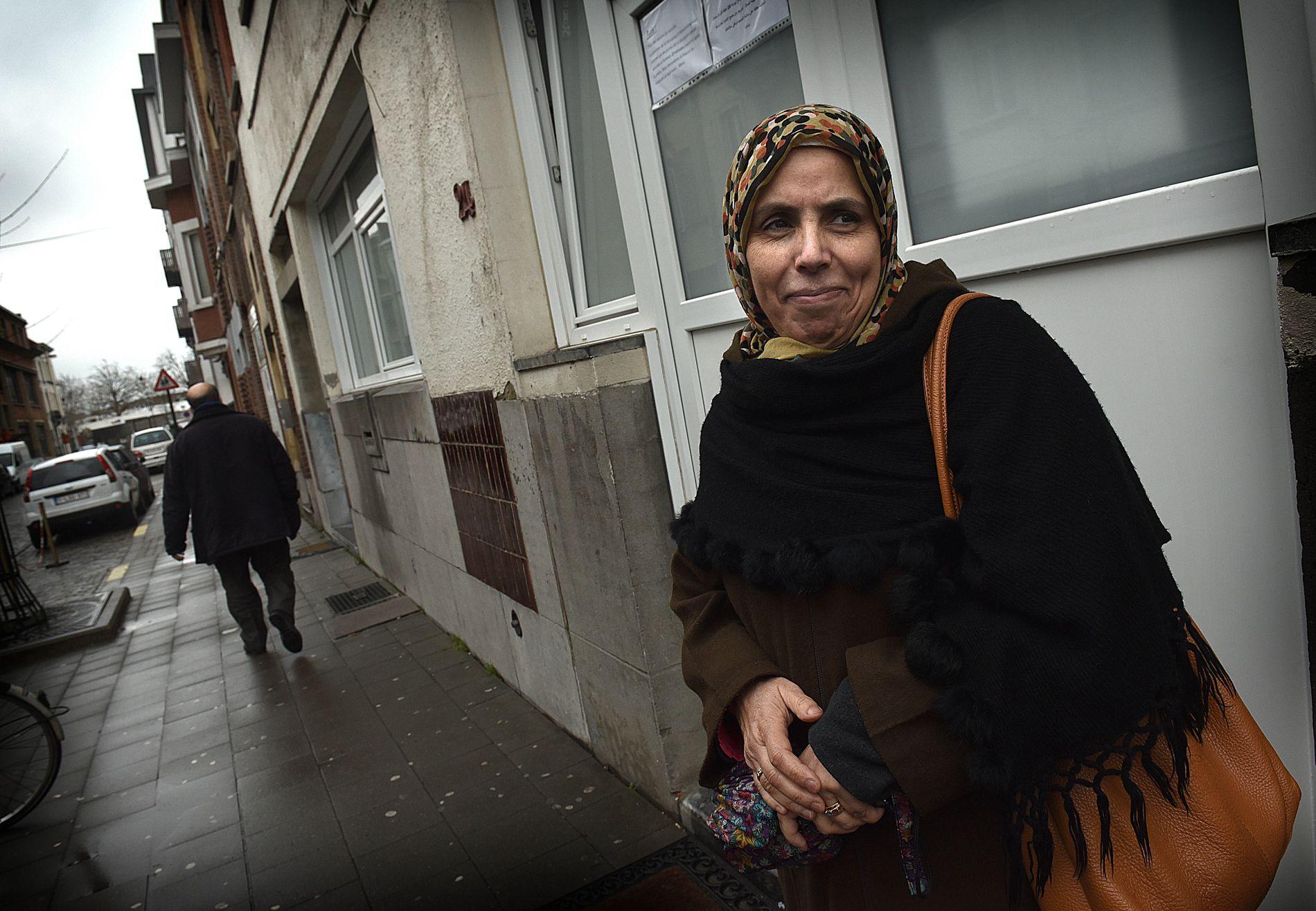 TAR AVSTAND: Denne kvinnen leder en lesesirkel i moskeen. I dag har de diskutert hvordan man kan bekjempe den ekstremismen som har vist seg å finnes like i nærheten av moskeen.