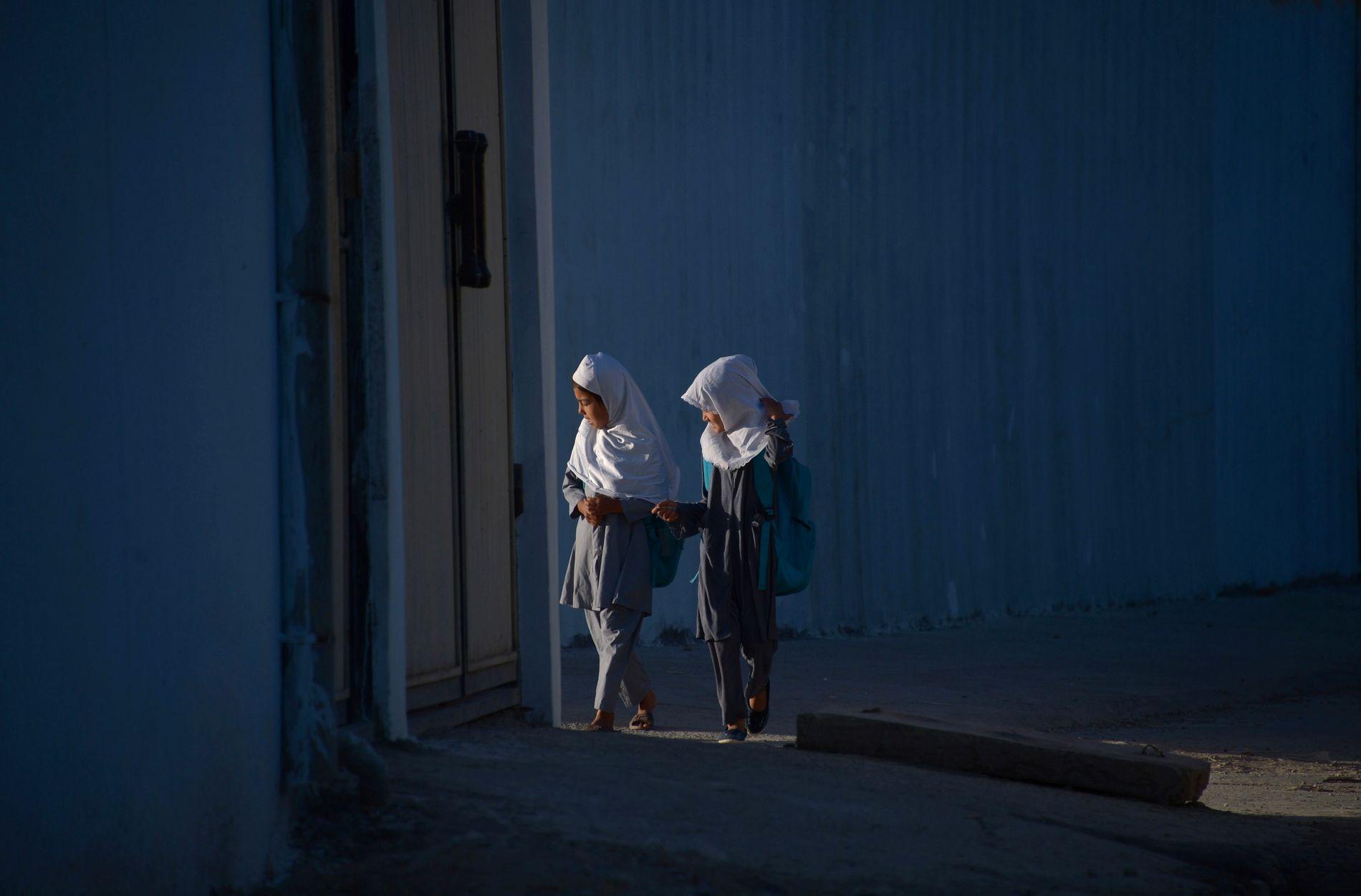 JENTER: Dette bildet tatt 12. juni viser to jenter i  Mazar-i-Sharif. I Afghanistan gifes én av tre jenter bort før de er 18.
