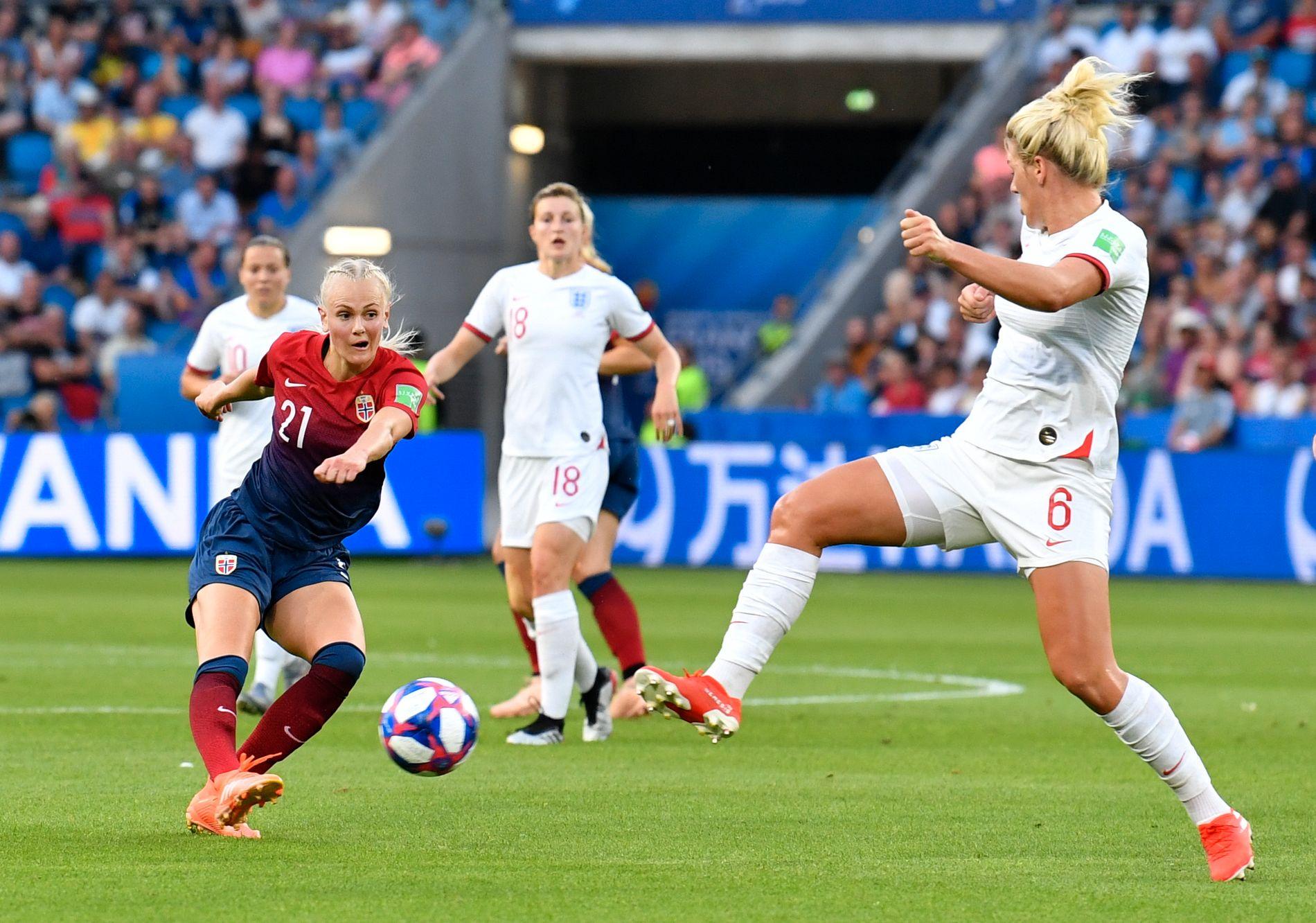 BRÅSTOPP: Karina Sævik fikk sitt gjennombrudd i VM, men mot Millie Bright og England var det brutalt over.