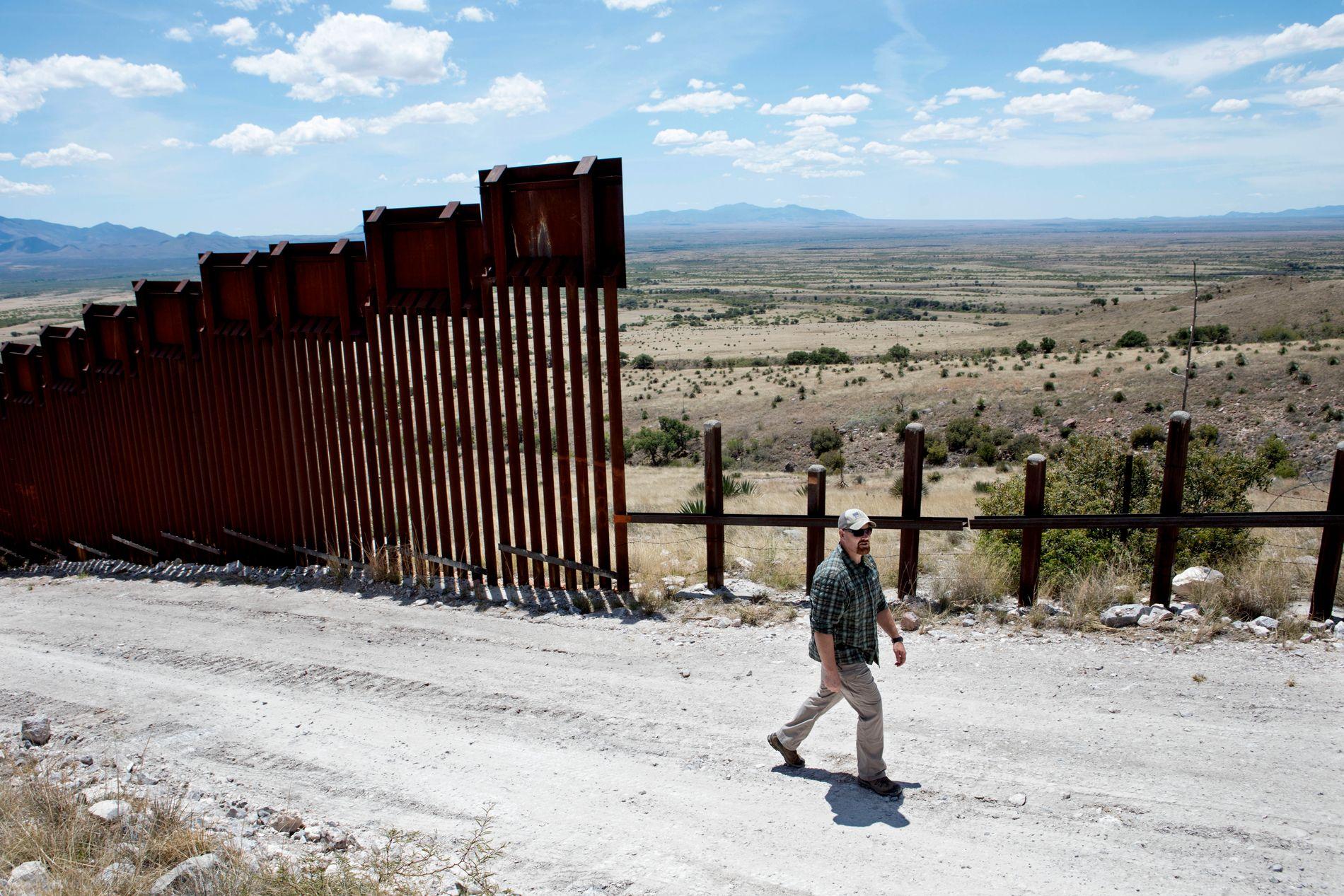 SLUTT PÅ MUREN: Sersjant Tim Williams har installert hundrevis av kameraer i Cochise fylke. Her er det slutt på det høye grensegjerdet fordi det kommer et lite fjell. Her går smuglerne og migrantene.