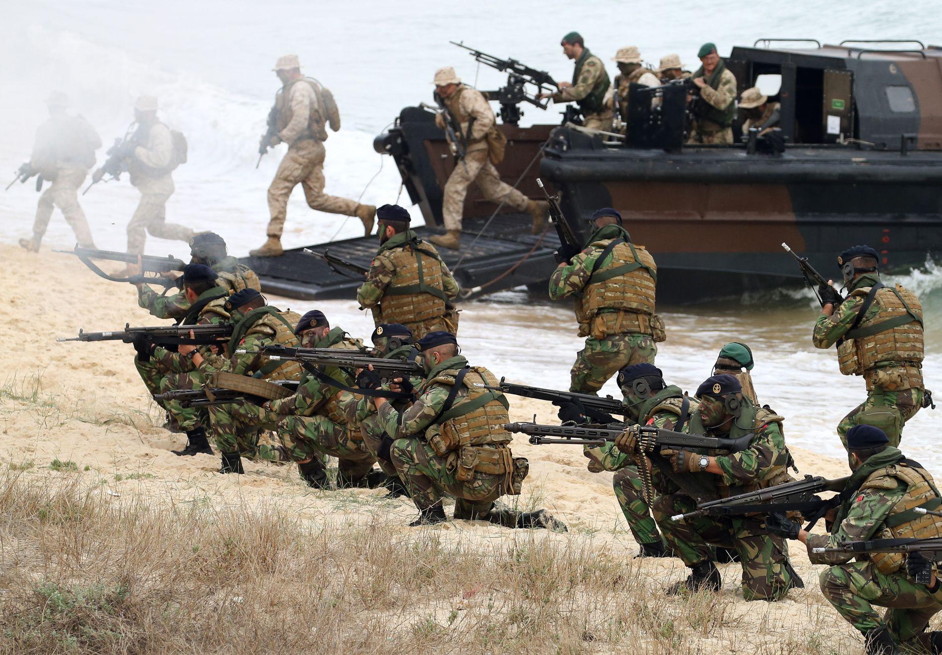 FORRIGE GANG: Portugisiske soldater tar seg inn på land i Troia, omkring 100 kilometer sør for Lisboa, i november 2015. Det var forrige gang NATO gjennomførte Trident Juncture-øvelsen.