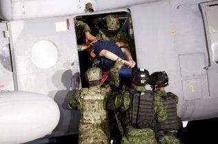 PRESENTERT: «El Chapo» ble vist frem for media i Mecixo City før han ble fraktet til et fengsel med helikopter fredag.