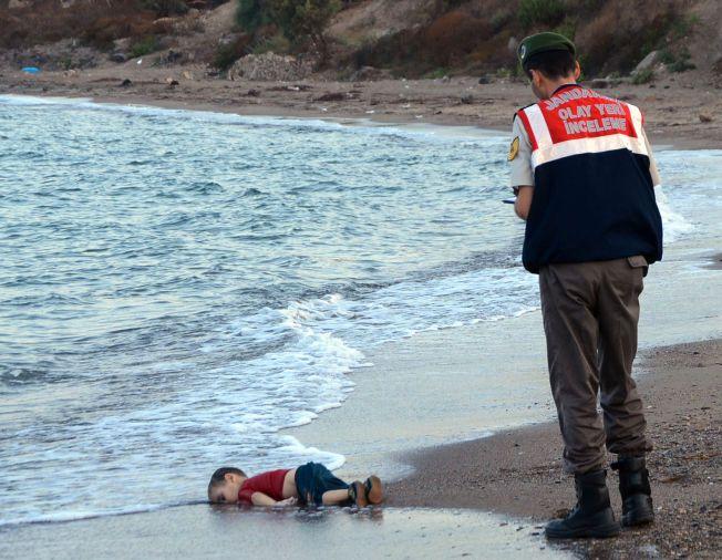 DRUKNET: Den 3 år gamle gutten Alan druknet da familien forsøkte å flykte fra Tyrkia til Hellas. Bildene av den druknede gutten har rystet en hel verden.