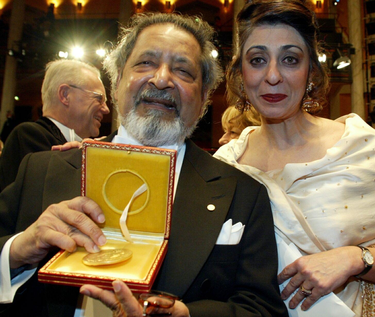 NOBELPRISVINNER: I 2001 var V. S. Naipaul og hans kone Nadira i Stockholm for å motta Nobels litteraturpris.