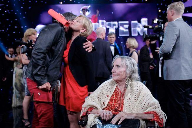 HEDRET: Sossen Krohg blis hedret under Gullruten i Bergen i 2010. Her med Anette Hoff og Tom Sterri i bakgrunnen.