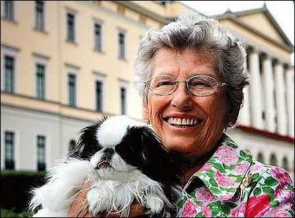 OPPRØRT: Prinsesse Astrid er såret og lei seg over alle ryktene rundt kronprinsesse Märtha og kong Olav. Nå tar hun realt oppgjør med sladderen. Her sammen med hunden Macaco. Foto: