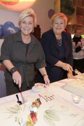 DELER KAKE: 16. oktober markerts regjeringen ettårsdagen. Finansminister Siv Jensen (Frp) og statsminister Erna Solberg (H) feiret dagen med marsipankake.