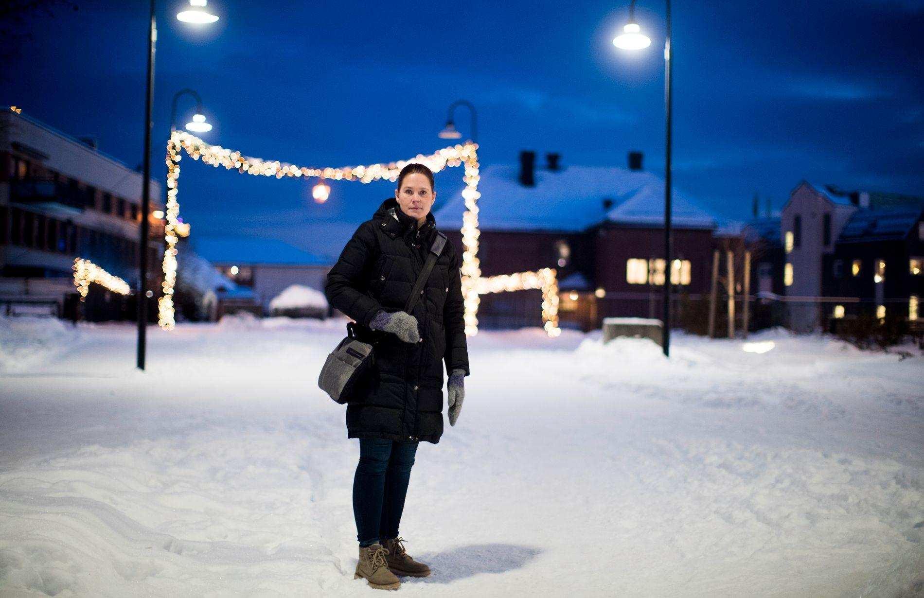 PÅ HJEMTUR: Mette Manstad (41) går over Brumund bro på vei hjem fra jobb. Der er Janne-forsvinningen et gjentakende samtaletema.