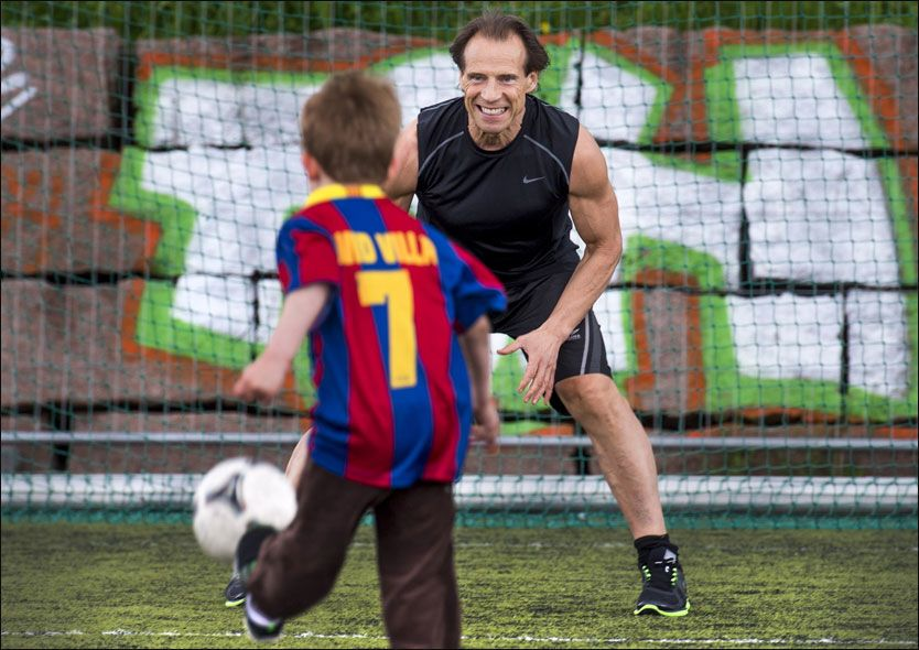 SPILLER MED BESTEFAR: Barnebarnet (6) Julian er et talent i fotball, og han bør få lov til å føle seiersrusen og oppleve sviende nederlag, mener bestefar, Ap-politiker og fotball-leder Jan Bøhler (61).