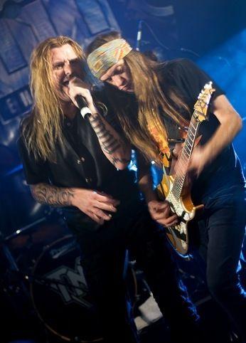 BEDRE TIDER: Tony Mills og TNT-sjef Ronni Le Tekrö i velkjent konsertpositur. Foto: Vegar Bakken