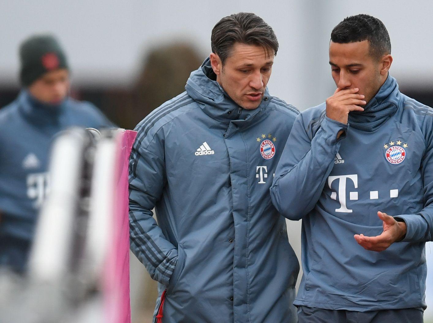 SLAPP UNNA: Da en mann angivelig ikke fikk spille fotball med Thiago (t.h.) og de andre Bayern-stjernene, gikk det ifølge Bild ut over Niko Kovac (t.v.)