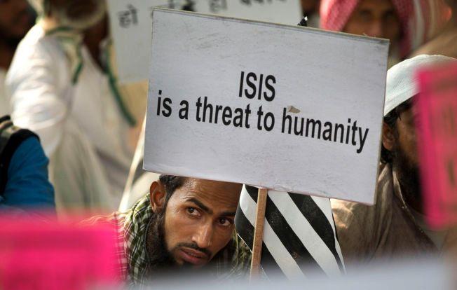 IS-PROTEST: Det anslås å være minst fem millioner muslimer i Frankrike, og mange av dem frykter nå at det vil utvikles en dårlig holdning og fordommer mot flyktninger og muslimer. Her er en indisk muslim under en IS-protest i New Delhi onsdag.