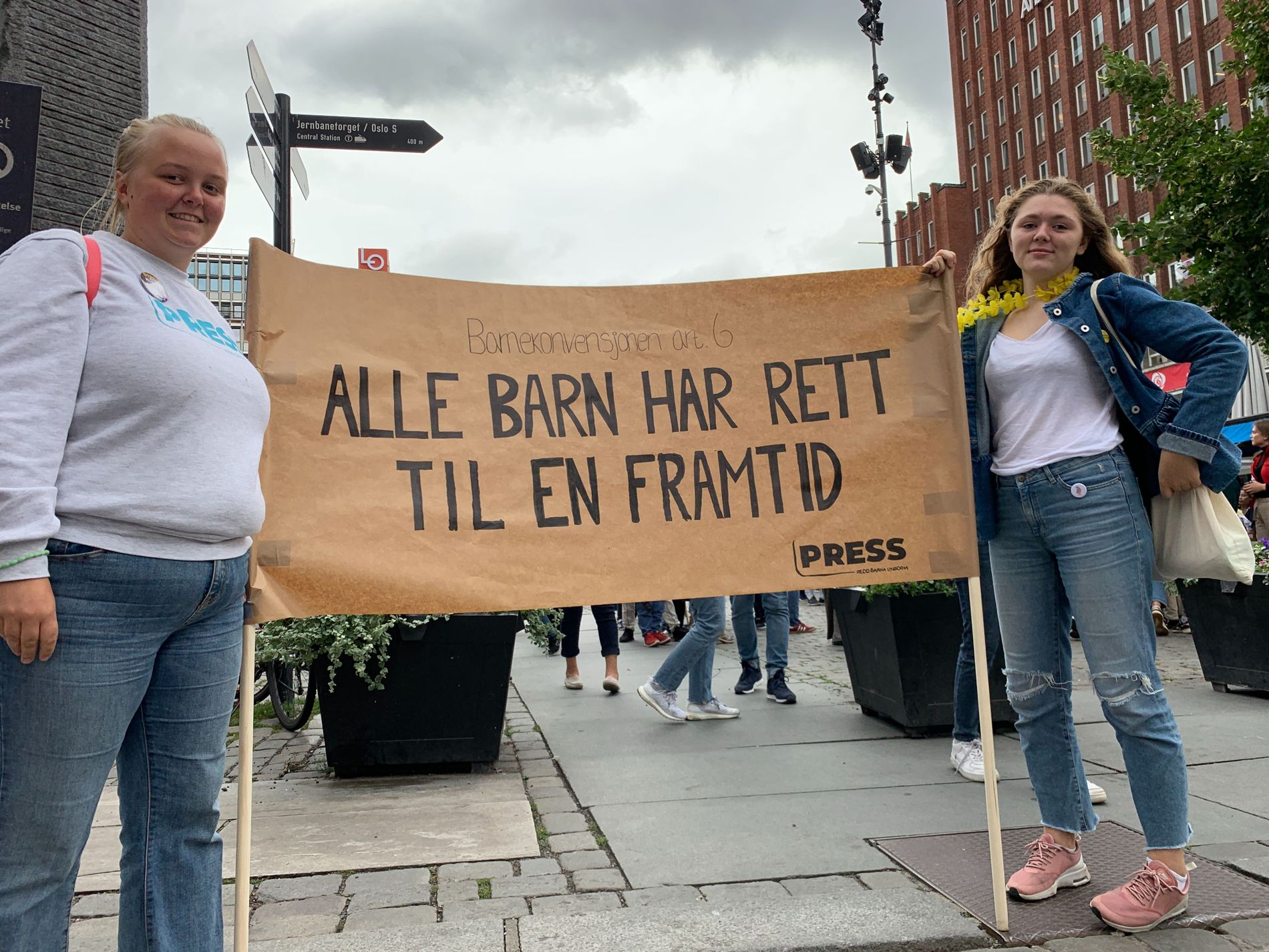 F.v. Anna Hellebust og Maja Tørstad streiket for klimaet fredag.