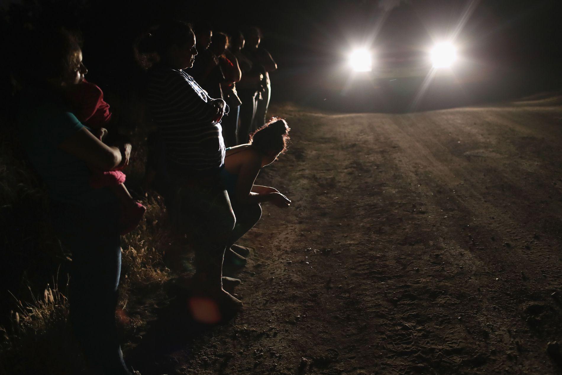 PÅ GRENSEN. Asylsøkere fra Mellom-Amerika blir her tatt med inn av amerikanske grensevakter nær McAllen i Texas den 12. juni i år. I følget var det ei to år gammel jente fra Honduras.