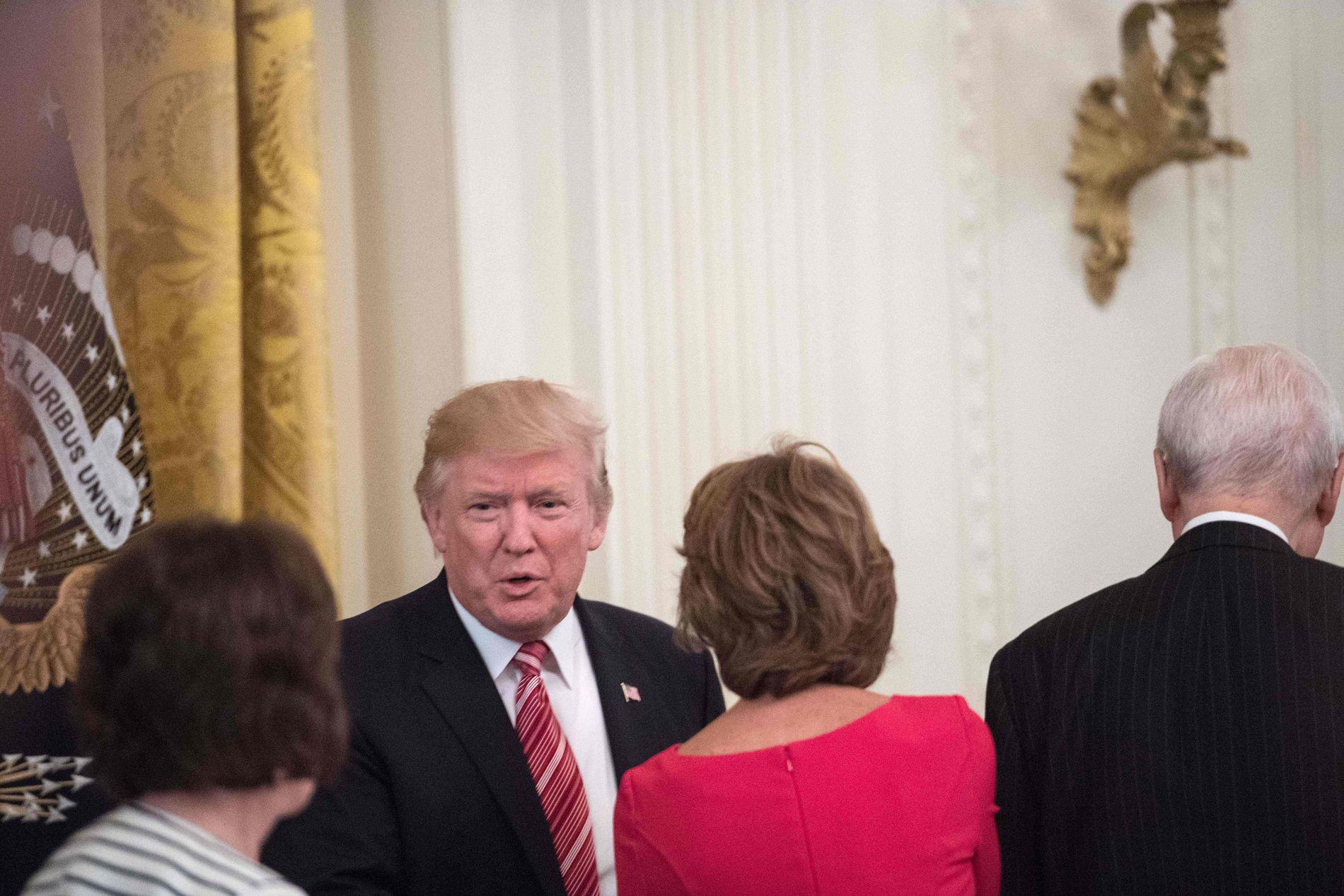 INVITERTE: Tirsdag tok president Donald Trump imot 46 av de 52 republikanske senatorene i Det hvite hus.