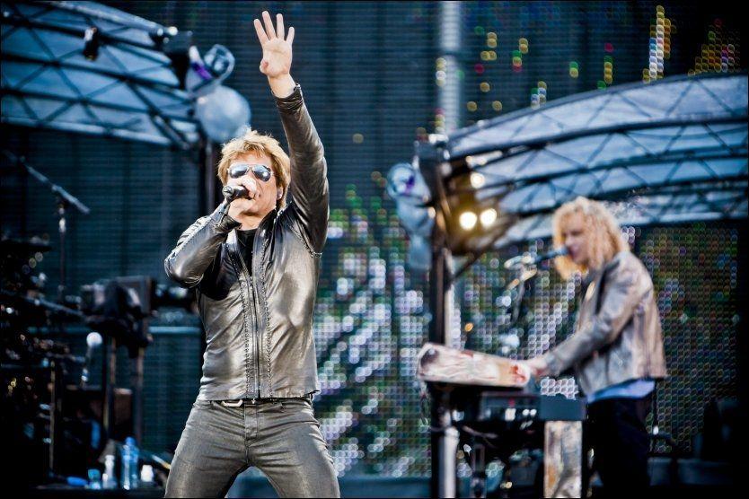 RAISE YOUR HANDS: Her er Jon Bon Jovi i aksjon under konserten på Ullevaal Stadion i juni 2011. Foto: Krister Sørbø/VG