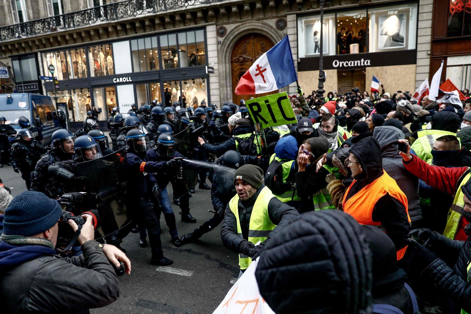 TÅREGASS:  Det har vært et par sammenstøt mellom politi og demonstranter hvor politiet har brukt tåregass for å spre en folkemengde.