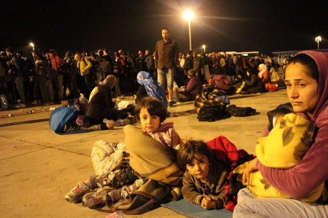PÅ FLUKT: Tusener av voksne og barn ventet natt til mandag på å komme seg videre fra den østerrikske grensebyen.
