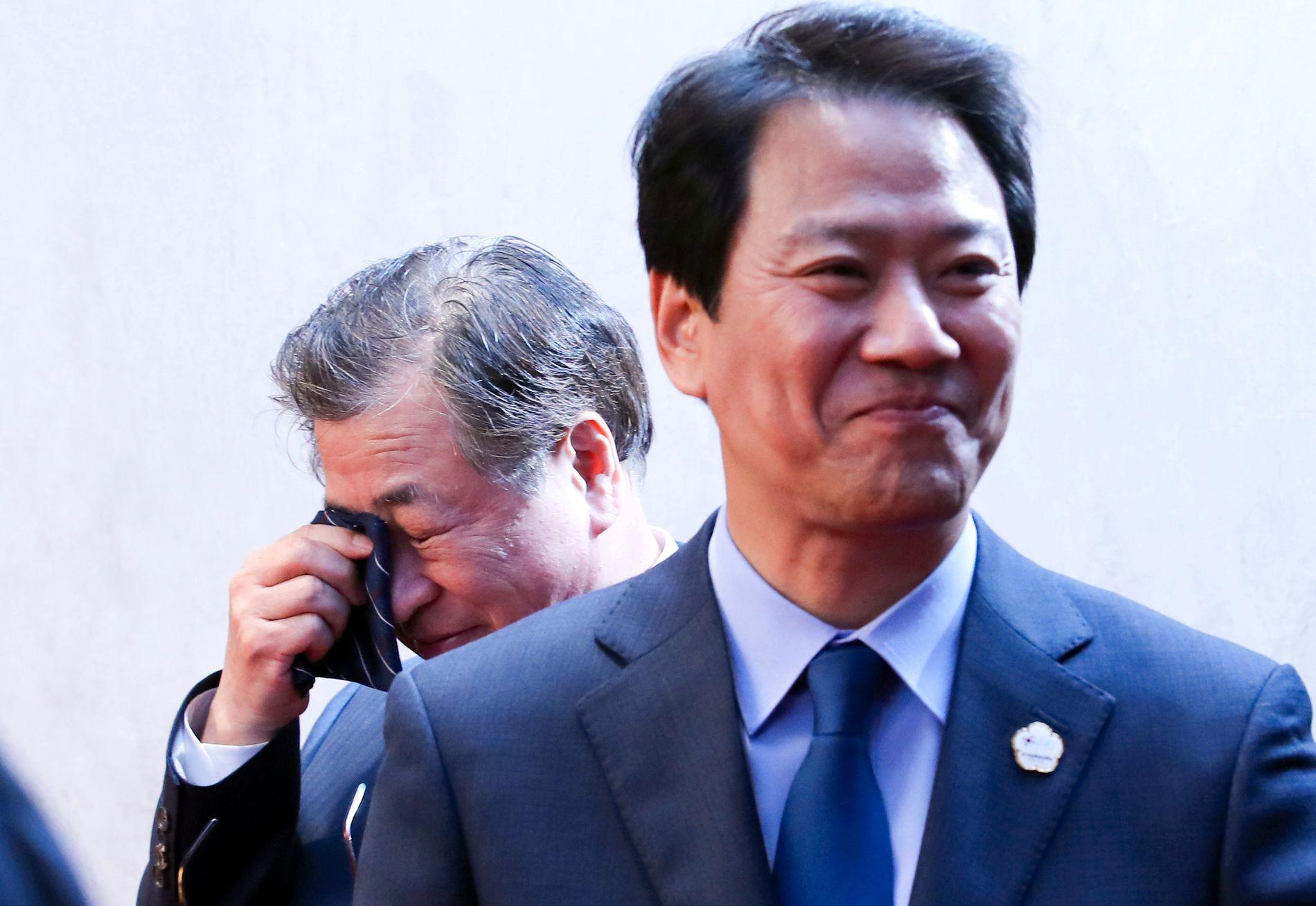 GLEDE: Sikkerhetssjef Suh-hoon tørker tårene, mens presidentens sekretær, Im Jong-seok, er bristeferdig av glede etter fredagens toppmøte mellom Sør-Korea og Nord-Korea.