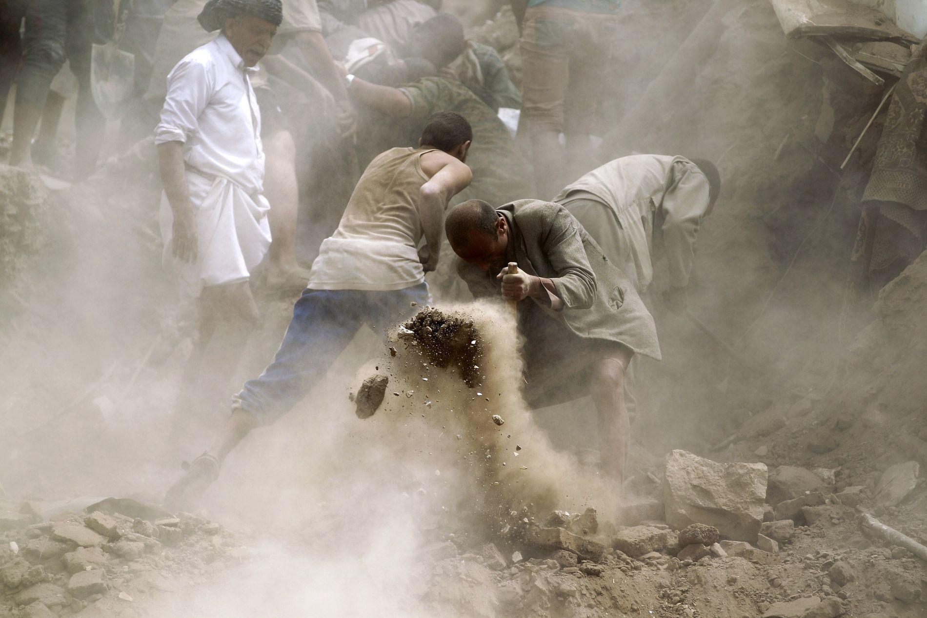 I RUINER: Jemenitter leter etter overlevende i ruinene av et bombet hus i Sanaa i 2015. Saudi-Arabia og De forente arabiske emirater har ledet an i angrepene.