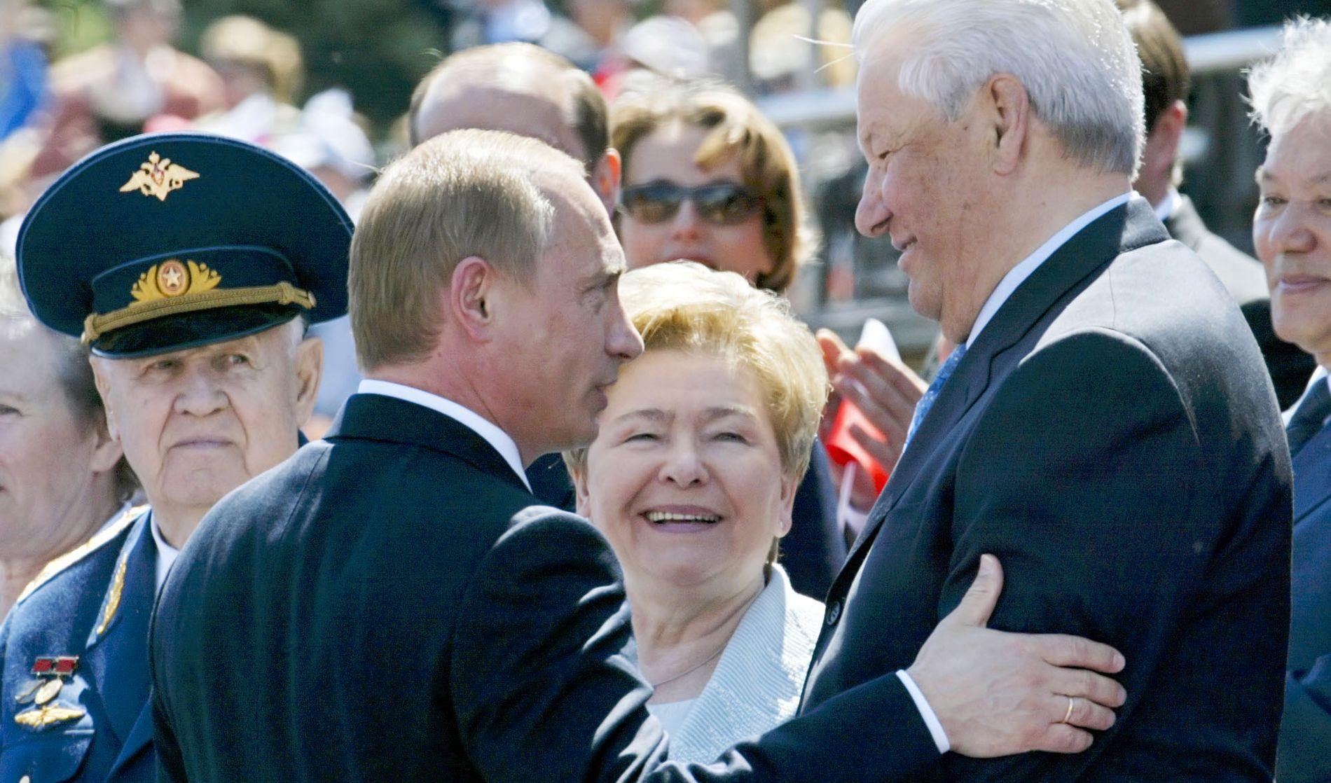 ETTERFØLGER: Boris Jeltsin lette lenge før han fant mannen som han mente kunne bli Russlands nye president. Her er han og Vladimir Putin fotografert sammen på den russiske nasjonaldagen i 2004. I midten Naina Jeltsina.