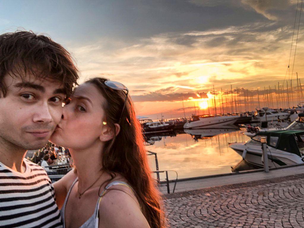 TOK MED KJÆRESTEN: Alexander Rybak tok med seg kjæresten Julie Gaarud Holm til Öland for å feire kronprinsessen.