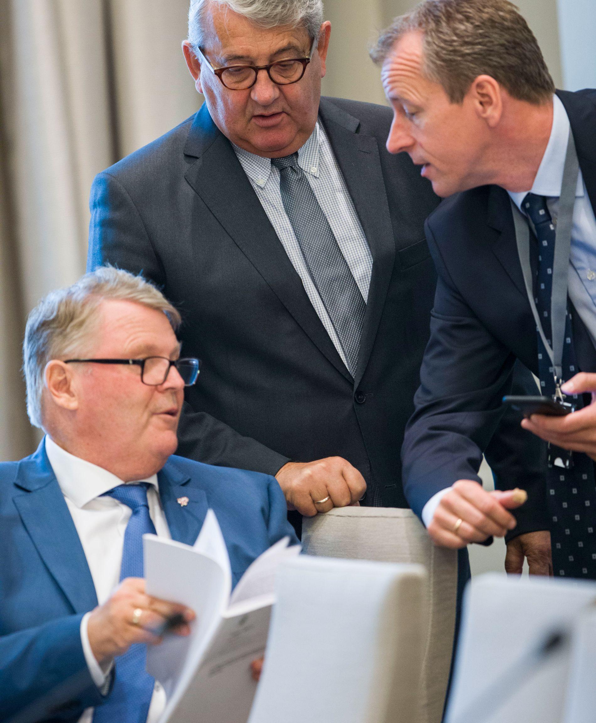 FORVENTNINGER: Hans Fredrik Grøvan (KrF) t.v. har klare forventninger til regjeringens oppfølging. Her sammen med leder i Riksrevisjonen, Per-Kristian Foss, og KrF-rådgiver Geir Arne Servan.