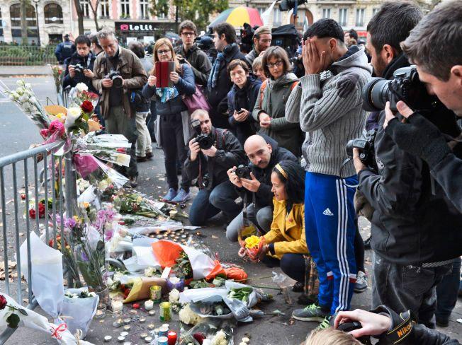 PARIS-TERROR: Innbyggerne i Paris har gjennom helgen lagt ned blomster til minne om alle de drepte etter fredagens terrorangrep flere steder i den franske hovedstaden.