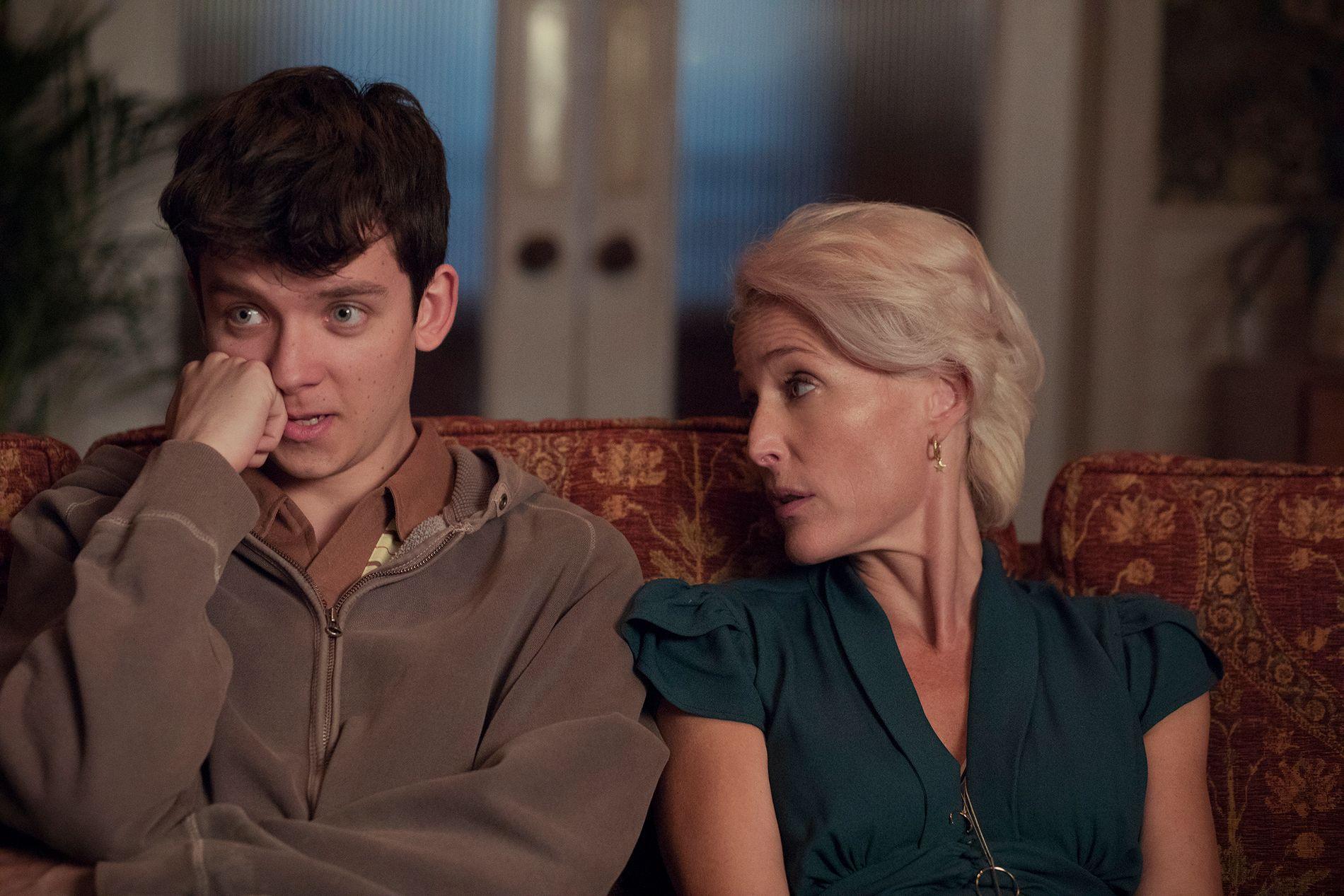 PINLIG: Asa Butterfield og Gillian Anderson som sønn og mor Otis og Jean Milburn i sesong 1 av «Sex Education».