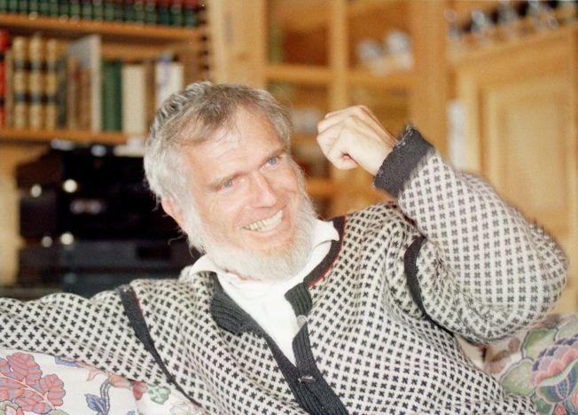 """VARM OG HUMORISTISK: Redaktør Finn Jarle Søle beskriver Knudsen privat som en helt annen person enn det som kom frem i offentligheten. Her er Knudsen avbildet som nyutnevnt """"biskop"""" i Strandebarm Prosti i 1997."""