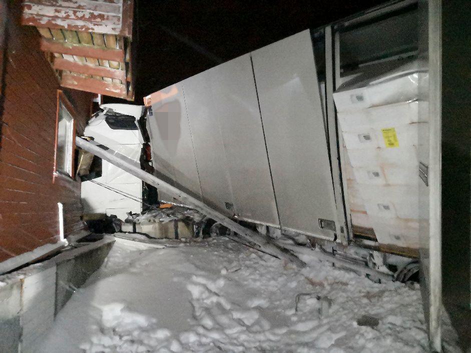 UHELL: Det utenlandske vogntoget traff huset, som ligger ved en krapp sving i Krampenes.