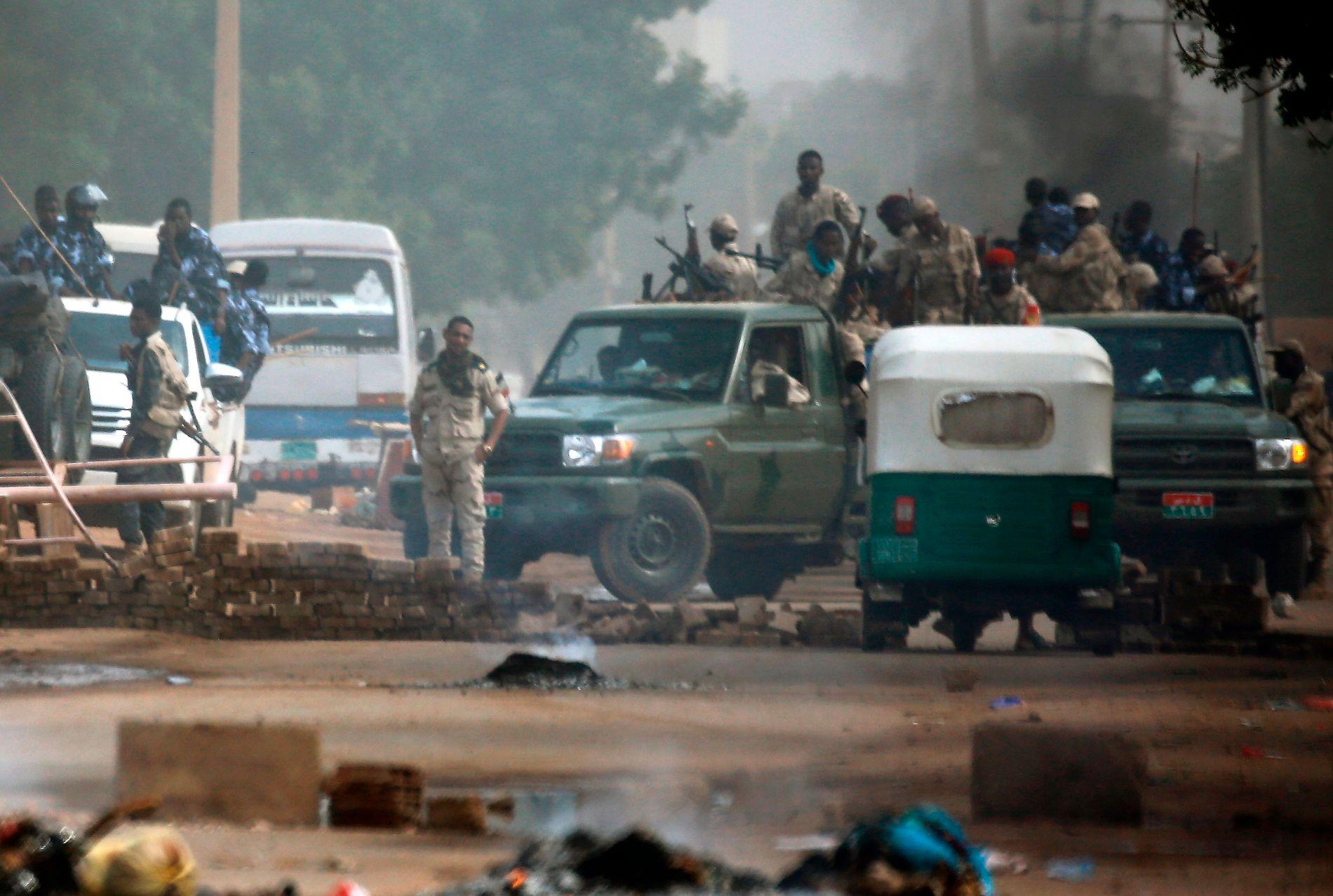 FYLTE GATENE: Sikkerhetsstyrker i gatene rett etter morgenmassakren forrige mandag, den 3. juni.