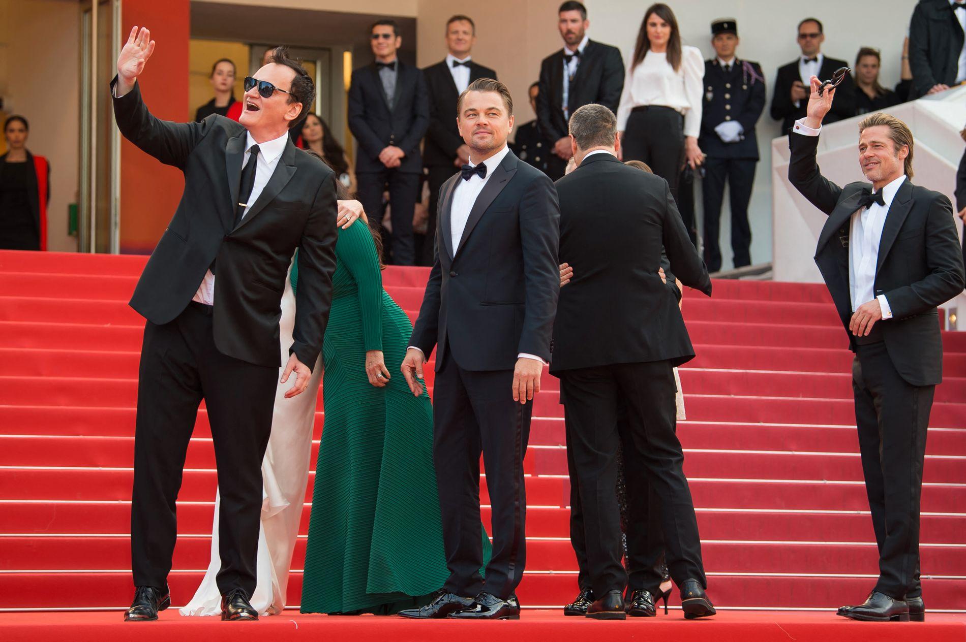 SAMARBEID: Quentin Tarantino, Leonardo DiCaprio og Brad Pitt hilser til publikum og tilskuere på premieren i Cannes.