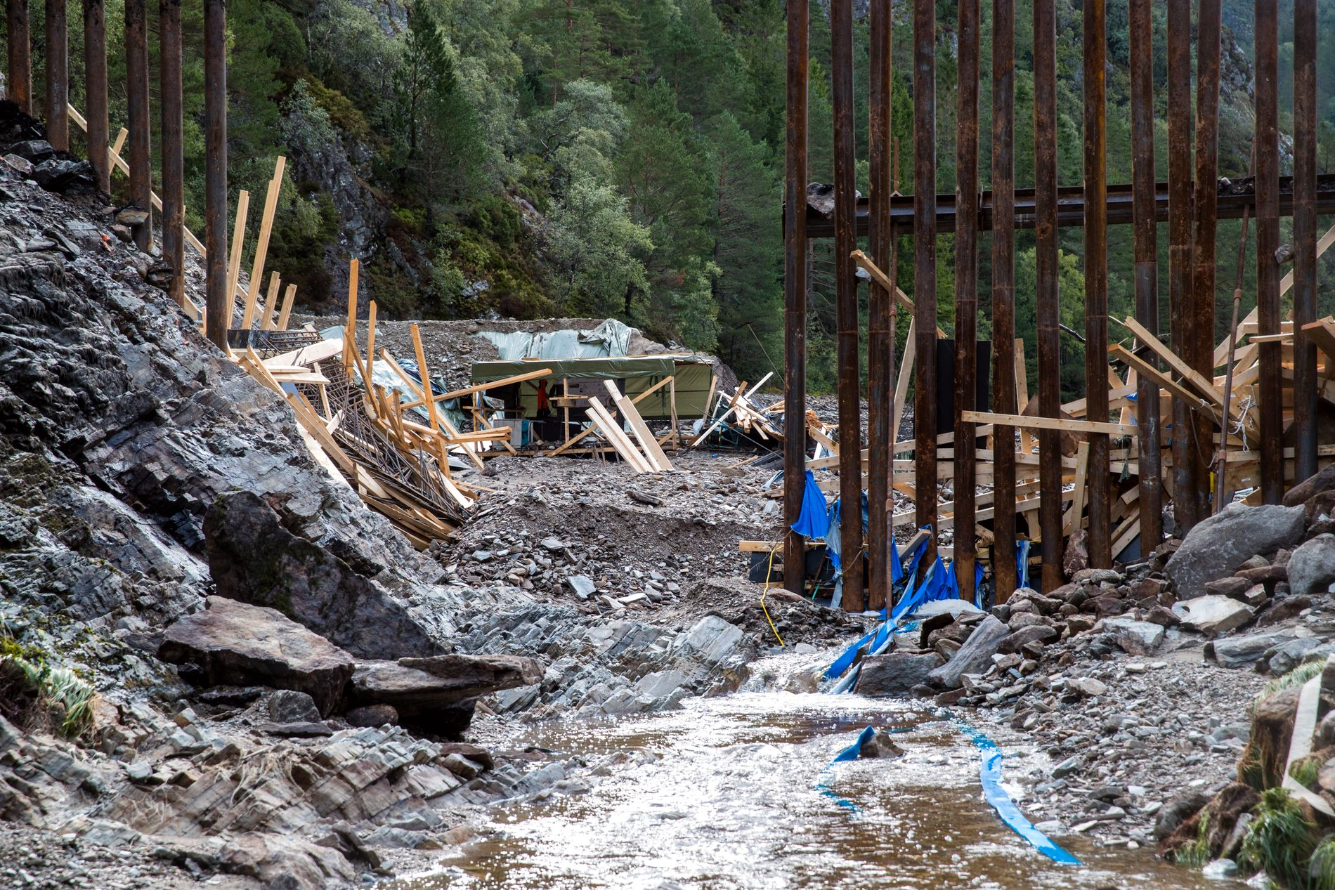 BRAST: Den midlertidige demningen i Munkebotsvatnet i Bergen brast onsdag kveld.